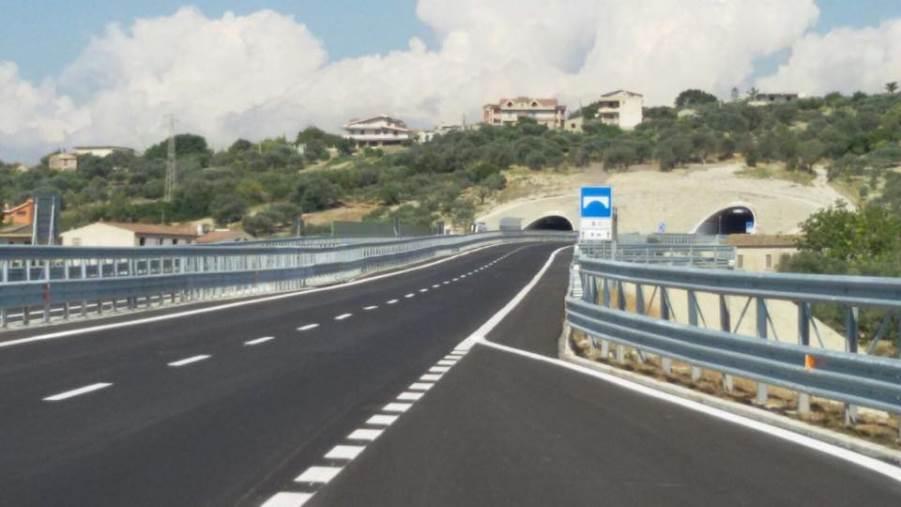 images Cede la nuova statale 106 nel Catanzarese. Sequestrato svincolo dopo il crollo nel muro