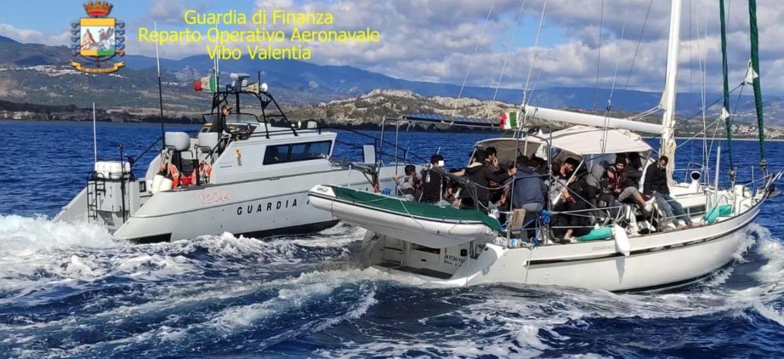 images Vibo Valentia. Intercettata un'imbarcazione carica di migranti