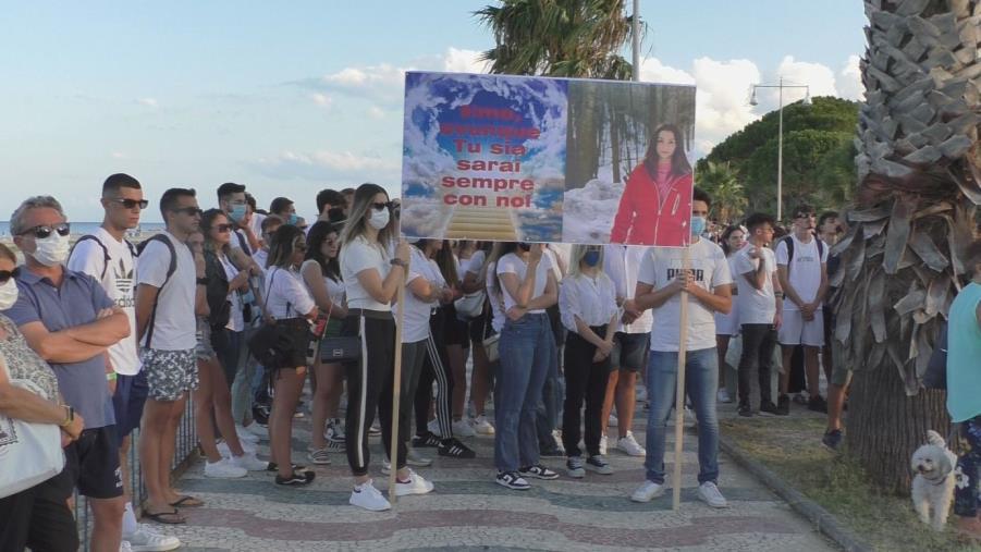 images Soverato piange Simona: in centinaia alla fiaccolata per ricordare la ragazza uccisa dai cani (VIDEO)