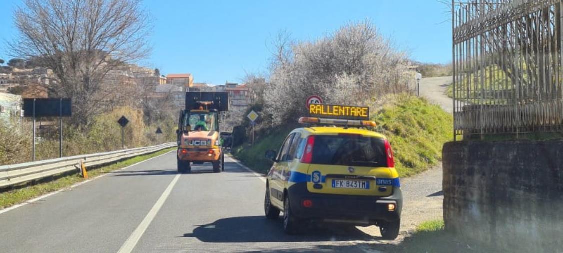 """images Vibo Valentia. Le squadre dell'Anas rimuovono i rifiuti abbandonati sulla statale 182 """"Delle Serre Calabre"""""""