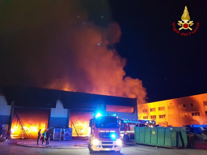 images Rende. In fiamme un capannone per lo stoccaggio dei rifiuti: vigili del fuoco al lavoro da mezzanotte