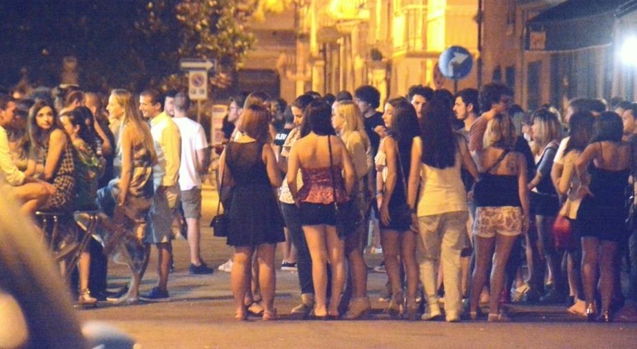 images Crotone. Al locale per consumare bevande e alimenti: la Polizia sospende l'attività per 5 giorni