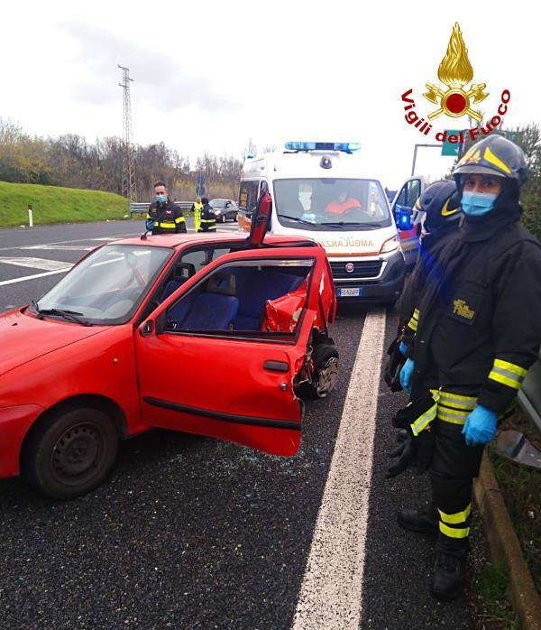 images Scontro tra un'ambulanza e un'auto sulla A2 nei pressi dell'uscita di Cosenza nord