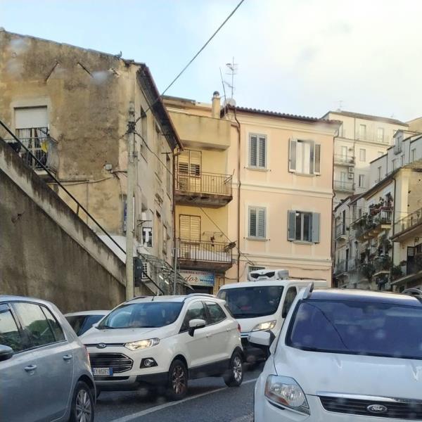 """images Catanzaro. La denuncia di Mauro (Ponte Morandi): """"A Porta di Mare traffico bloccato dalle auto parcheggiate e non c'è mai un vigile"""""""