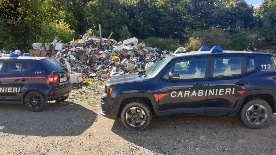 images Rifiuti abbandonati in un terreno del Comune di Savelli: denunciato il responsabile dell'ufficio tecnico