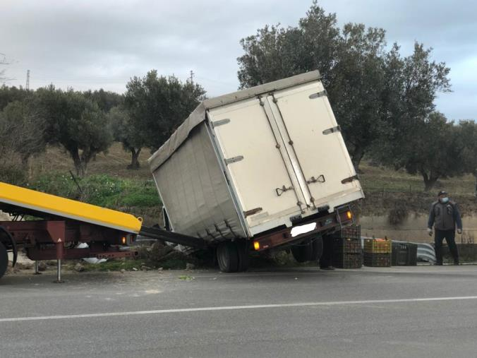 images Cropani. Camion finisce fuori strada sulla Statale 106 (FOTO)