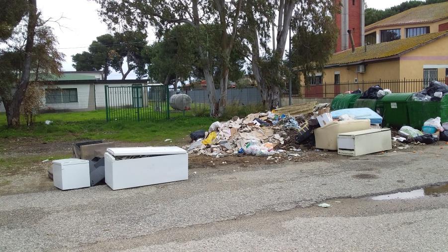 Degrado fuori dalla scuola Pizzuto di Crotone. La denuncia dei consiglieri comunali Pedace e Marrelli (FOTO)