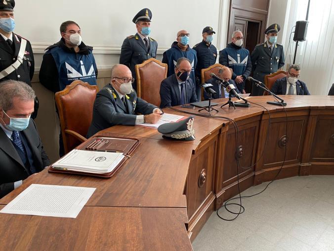 """images """"Basso profilo"""". Divise infedeli: le accuse della Dda ai finanzieri e al maresciallo dei carabinieri coinvolti"""