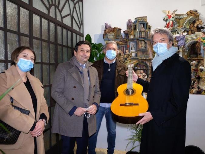 images La Calabria ricambia il dono alla Campania consegnando una chitarra dei maestri liutai di Bisignano