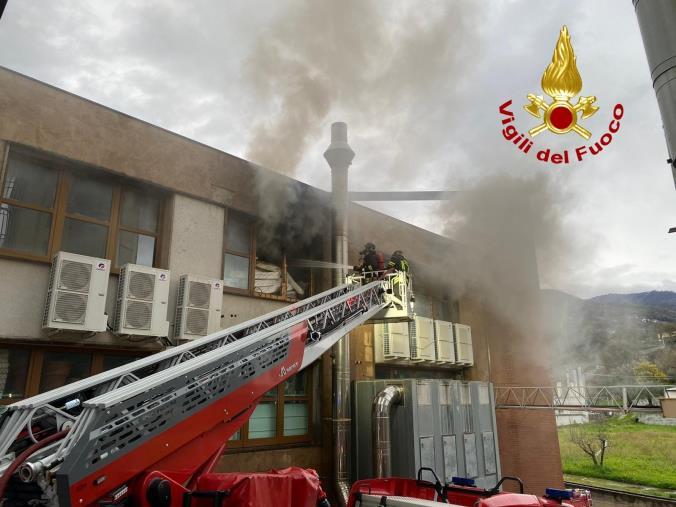 images Paola. Incendio in un'attività commerciale di oltre 2000 mq: non ci sono danni a persone