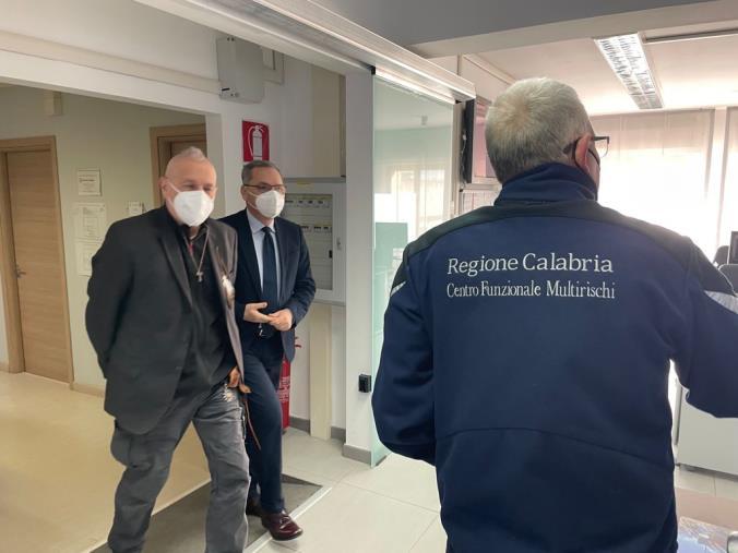 """images Assessore De Caprio in visita al Multirischi: """"Potenziare Arpacal scelta obbligata per proteggere l'ambiente"""" (FOTO)"""
