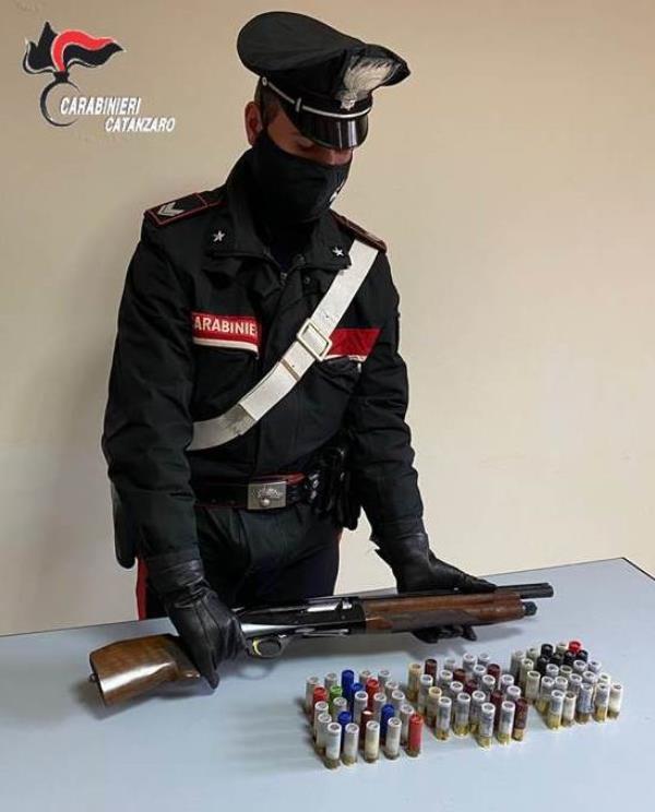 images Maida. Nella proprietà di famiglia con un'arma clandestina e le munizioni: arrestato un 45enne