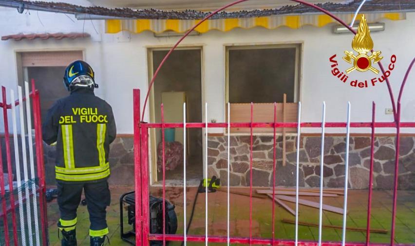 images In fiamme una casa nel parco Mirage a Santa Maria del Cedro: nessun ferito