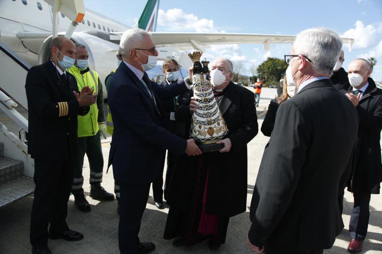 images È arrivata all'Aeroporto di Reggio Calabria la statua della Madonna di Loreto