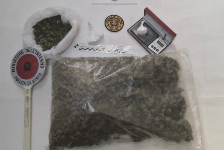 """images Cosentino """"in trasferta"""" a Crotone: in casa aveva 1,200 grammi di marijuana e 45 grammi di cocaina, arrestato"""
