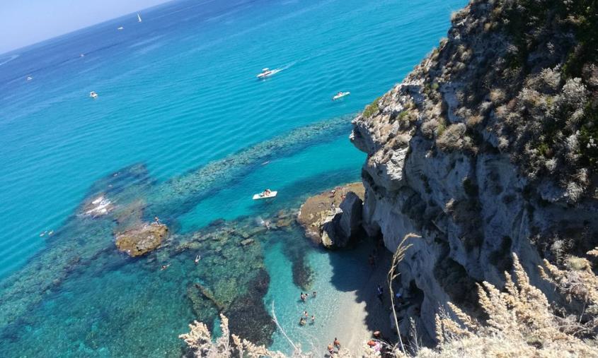 """images L'editoriale. Calabria, bella, bellissima. Ma anche """"brutta, bruttissima"""". Senza punti sicuri di riferimento politico"""