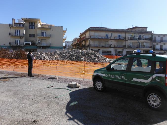 images Marina di Gioiosa Ionica. Demoliscono una scuola per ricostruirla ma non rimuovono le macerie, denunciati i due amministratori delle ditte