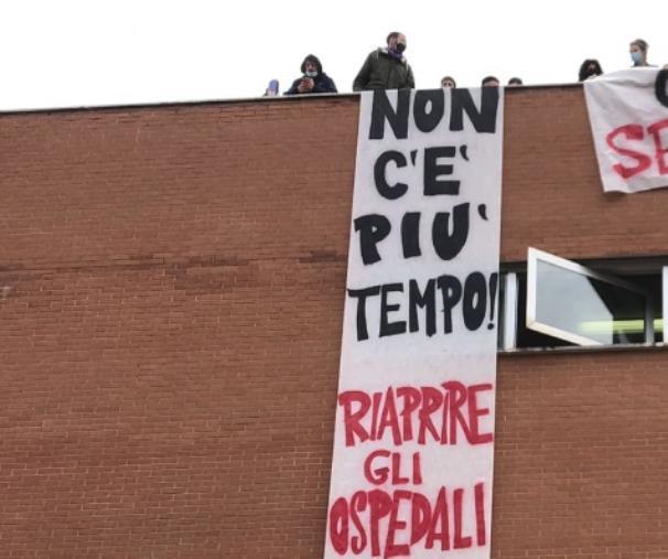 images Sanità. A Cosenza i manifestanti hanno trascorso la notte negli uffici dell'Asp