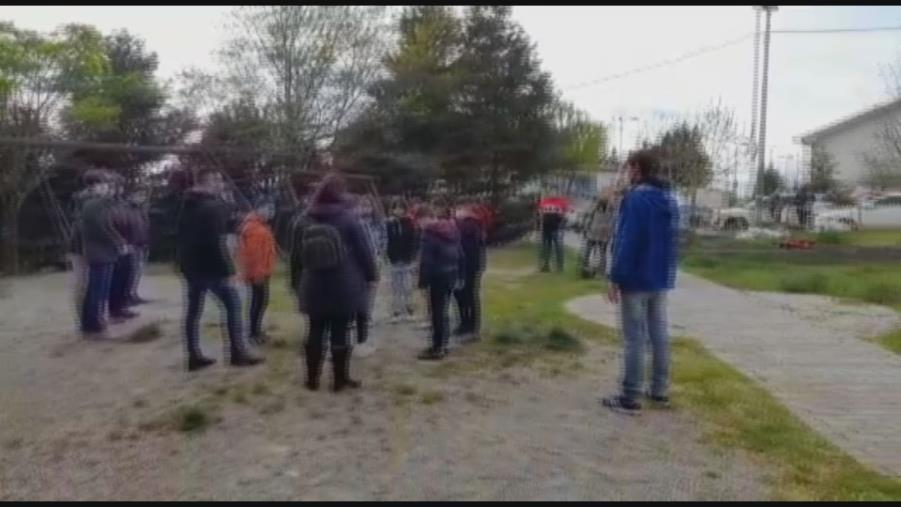 """Catanzaro. I ragazzi del parchetto di viale de Filippis: """"Noi ripuliamo l'area ma il Comune ripari i giochi"""""""