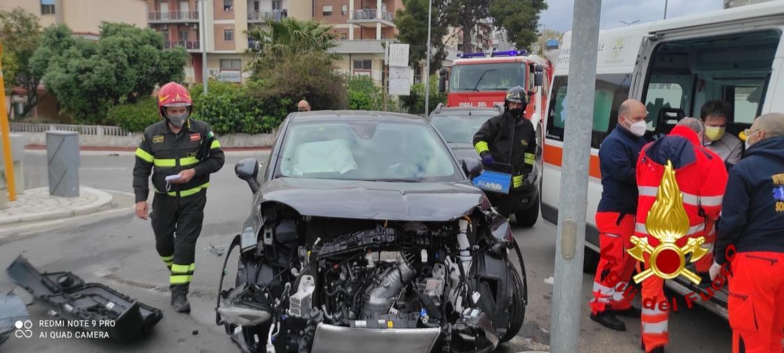 images Scontro tra due auto a Crotone, i vigili del fuoco evitano le fiamme