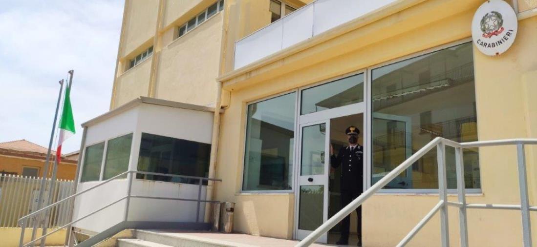 Vaccini delle fasce sociali più deboli: i carabinieri di Crotone li aiutano per le prenotazioni