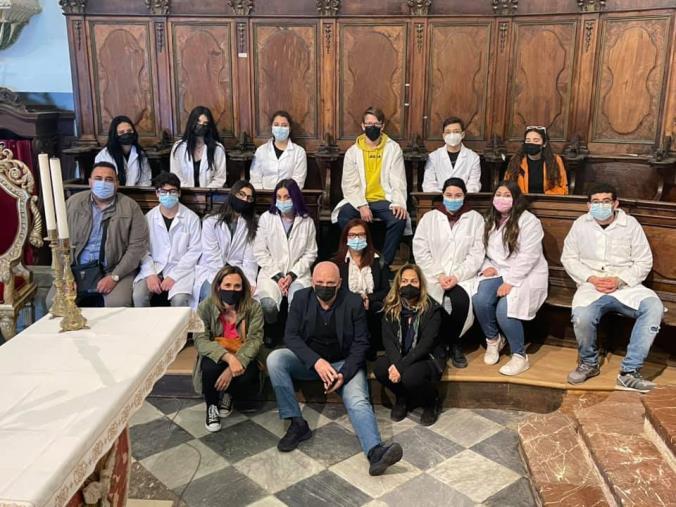 """Scilla. La Granato in visita nella chiesa dello Spirito Santo dove gli studenti dell'Artistico """"operano"""" il restauro degli arredi"""