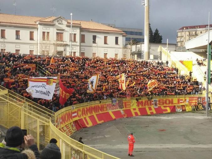 images Ultras del Catanzaro aggrediscono un tifoso della Reggina a Soverato: sei Daspo