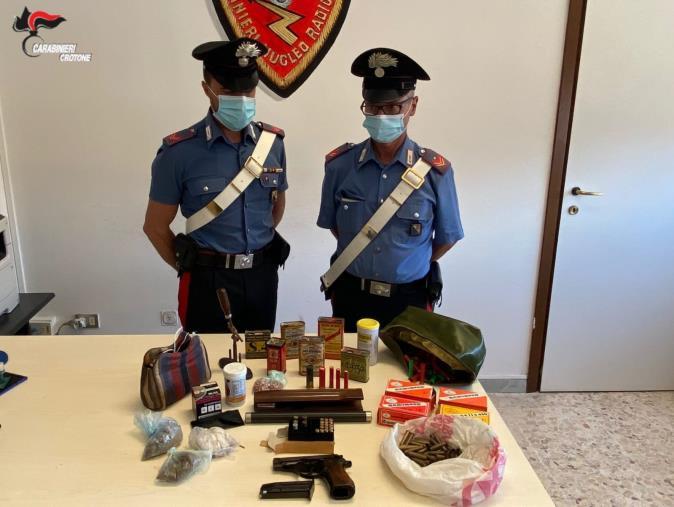 images Armi e munizioni nella sua abitazione nel Crotonese: arrestato un 64enne