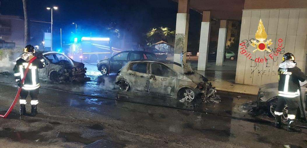 images Notte di fuoco a Catanzaro: 4 auto incendiate nel quartiere Fortuna