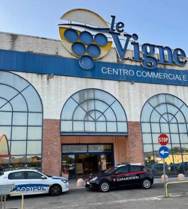"""images Tentano di rubare al centro commerciale' Le Vigne' di Castrovillari: due ragazze fermate dagli agenti di """"I.V. Security Agency e Sicurmondial"""""""