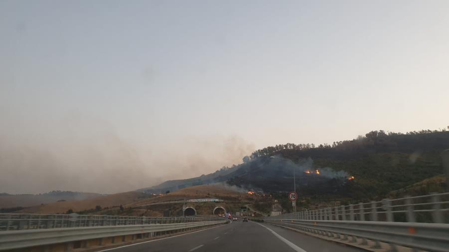 images Brucia la collina sulla Nuova statale 106: fiamme altissime e fumo nero