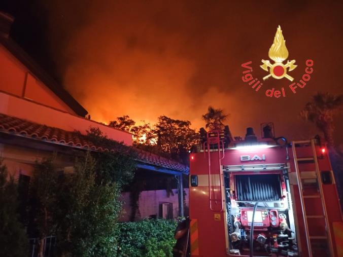 images Brucia la collina sovrastante la stazione di Vibo/Pizzo: oltre 14 ore di intervento dei vigili del fuoco