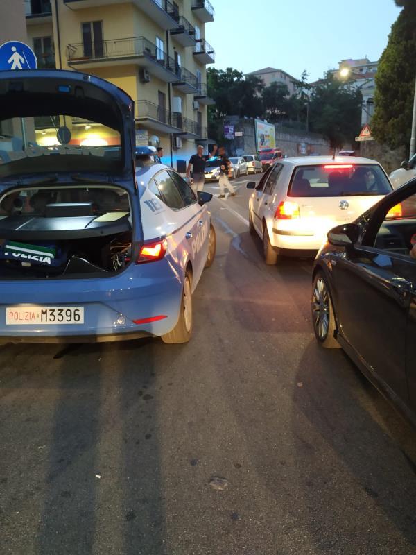 """images Catanzaro. Il pullman non passa e """"striscia"""" un'auto: traffico in tilt a via Broussard"""