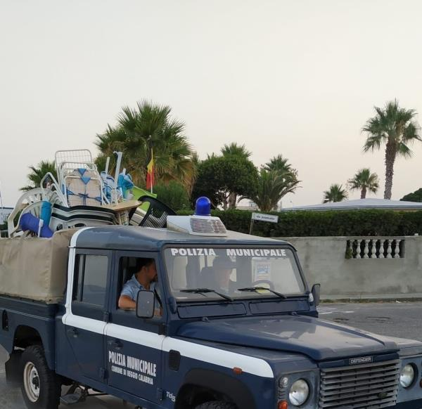 """images Reggio Calabria, arriva la stretta sui """"furbetti delle spiagge"""": sequestrati ombrelloni, sdraio e lettini abusivi"""