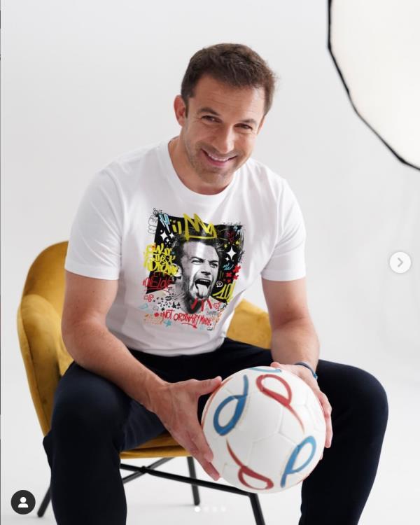 """images Catanzaro. Massimo Sirelli firma la prima maglietta della """"Capsule Collection Legends"""" di Independent Republic"""