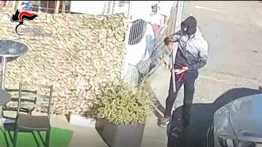 images Polistena. Minaccia la cassiera di un negozio con un fucile giocattolo e si fa consegnare l'incasso: 25enne arrestato