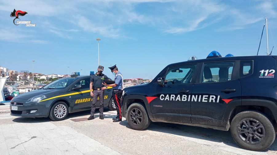 images I carabinieri fermano la fuga di tre clandestini alla stazione di Strongoli