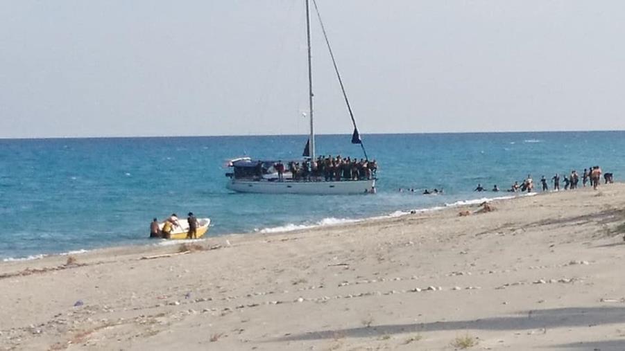 images Migranti. Sbarco di profughi a Badolato