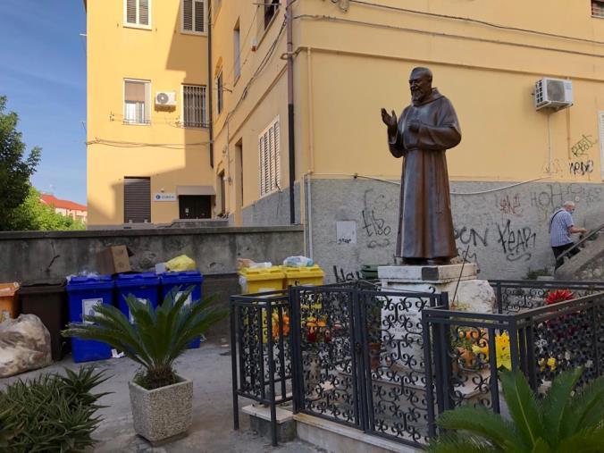 """images Catanzaro. Un lettore segnala: """"Cassonetti stracolmi proprio davanti alla statua di san Pio da Pietrelcina"""""""