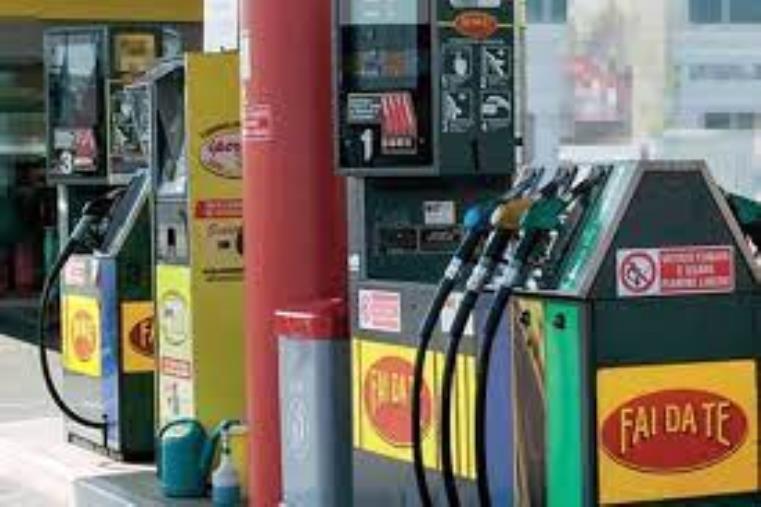 images Vibo Valentia. Si ferma a un distributore per fare benzina e viene aggredita e derubata dell'auto