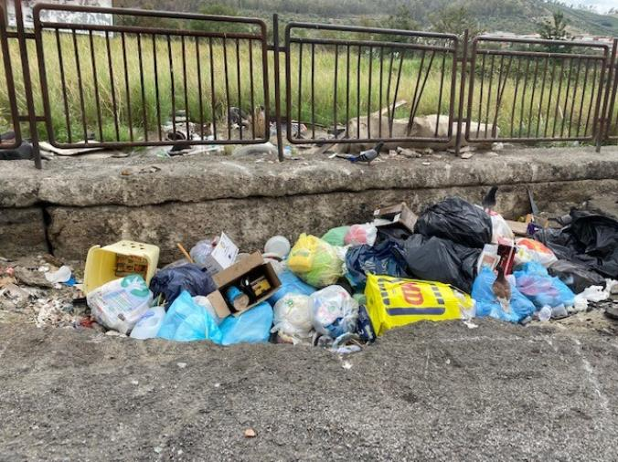 """images Stefano Veraldi: """"Catanzaro è anche il quartiere Aranceto sommerso dai rifiuti"""" (FOTO)"""