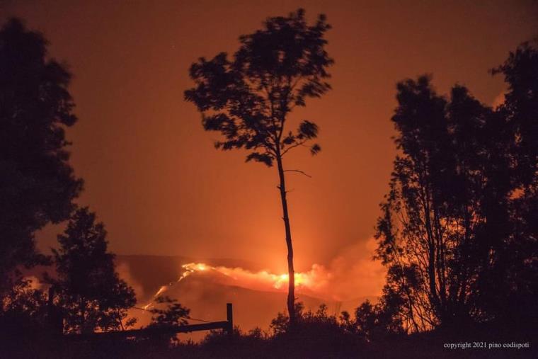 """images L'inferno, domenica un """"pronto intervento poetico"""" a Badolato per porre fine agli incendi che stanno devastando le  montagne"""