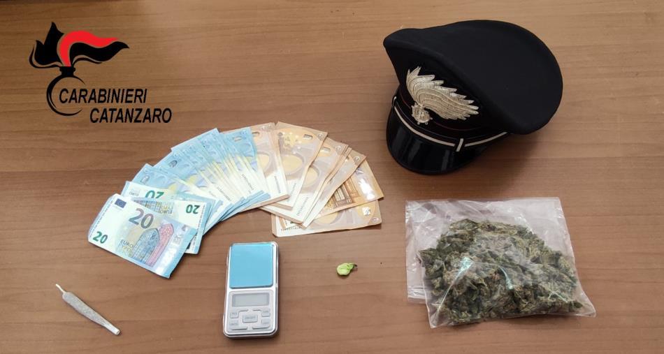 images Borgia, nasconde 50 grammi di marijuana in casa: arrestato