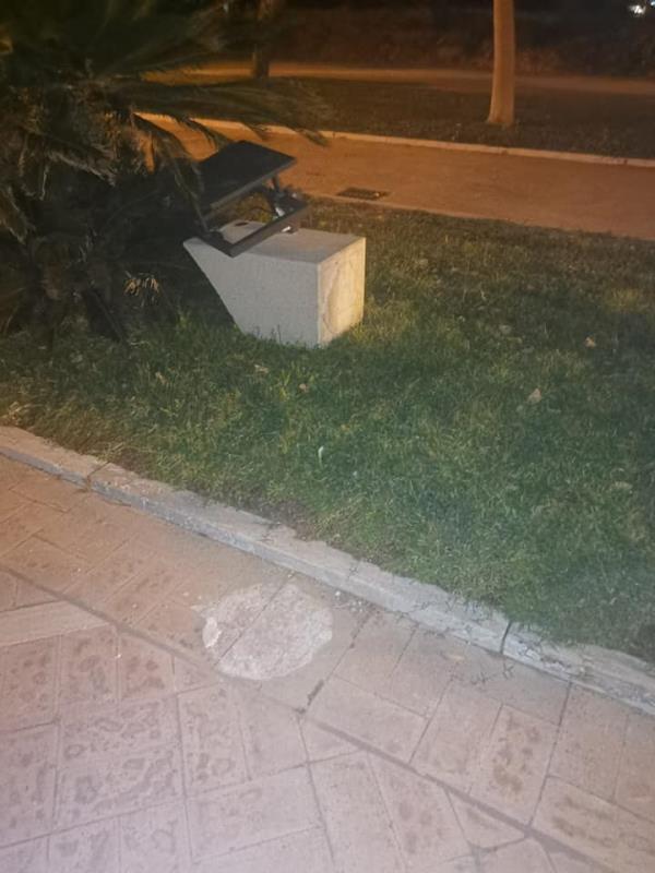 images Davoli. Il sindaco Papaleo ammonisce l'ennesimo atto di vandalismo sul lungomare