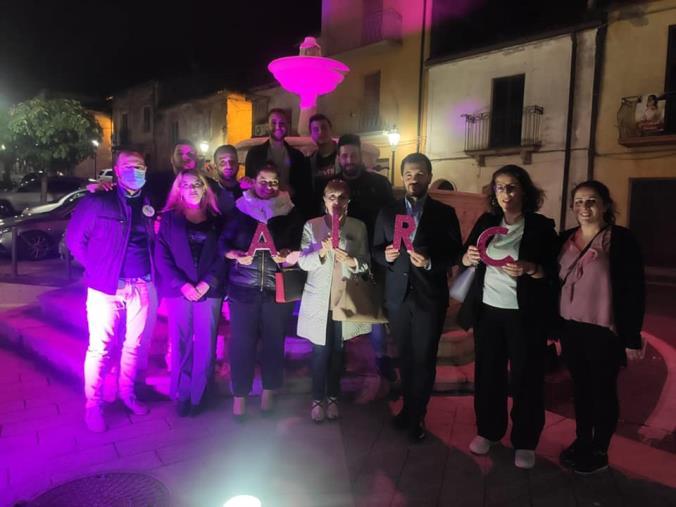 images Girifalco. La fontana 'Carlo Pacino' si tinge di rosa per la prevenzione del tumore al seno