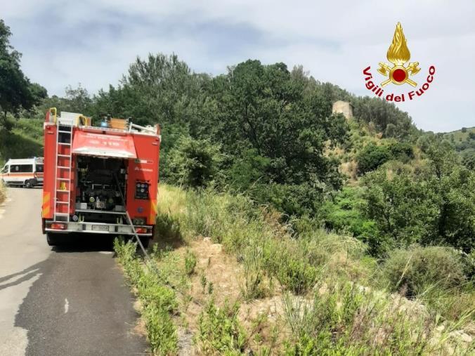 images Miglierina, un'auto finisce fuori strada: salvato dai Vigili del fuoco