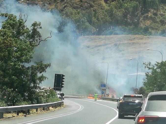 images Incendio sulla statale 106: traffico bloccato a Copanello