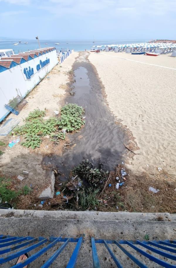 """images Soverato. Il Codacons: """"Ancora uno sversamento di liquami in mare dopo la pioggia"""""""