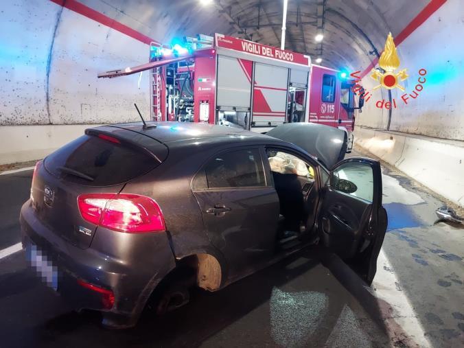 images Catanzaro, un'auto va a finire contro la delimitazione della carreggiata: ferito il conducente