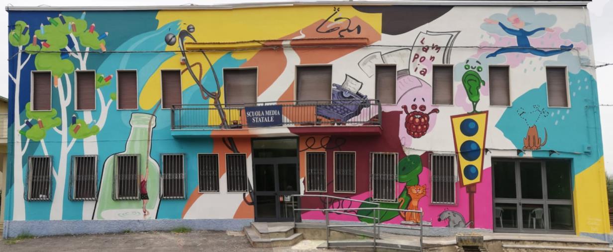 images A Zumpano successo per la street art di Leonardo Cannistrà con i murales dedicati a Gianni Rodari